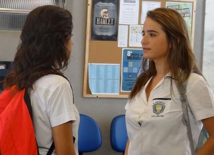 Camila mente para Tainá e a amiga desconfia