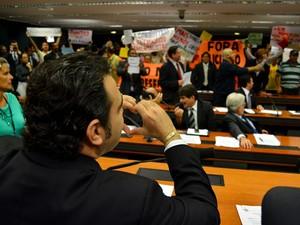 O deputado Marco Feliciano (PSC-SP)  gesticula para manifestantes durante reunião da Comissão de Direitos Humanos da Câmara. (Foto: Pedro Ladeira/Frame/Estadão Conteúdo)