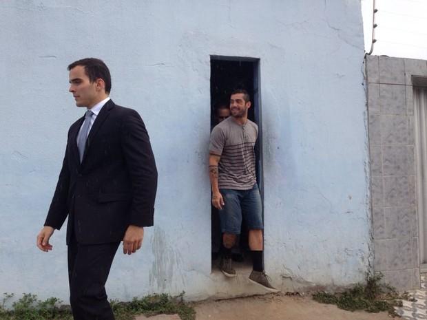 Ex-BBB sai da prisão acompanhado de advogados. (Foto: Natália Souza/G1)