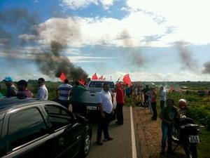 Br-405, em Apodi, é uma das vias fechadas pelos manifestantes nesta terça (Foto: Marcos Gil/G1)