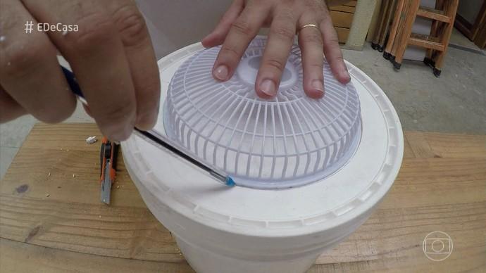 Use o ventilador para fazer a marcação do encaixe (Foto: TV Globo)