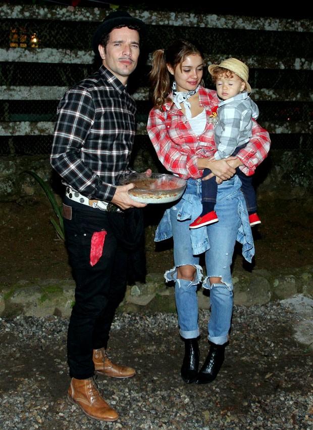 Sophie Charlotte e Daniel de Oliveira curtem festa julina com Otto (Foto: AgNews)