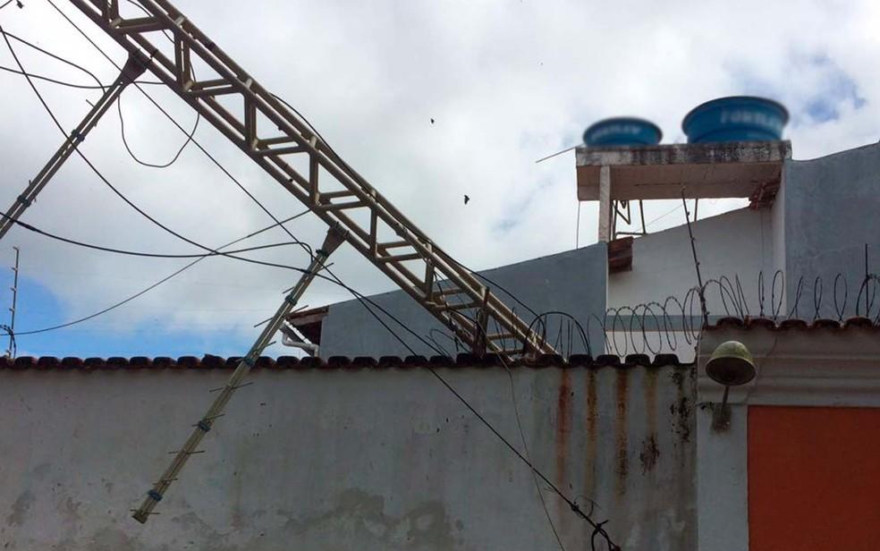 Torre de antena de transmissão caiu  em casa, mas ninguém ficou ferido  (Foto: Prado Online)