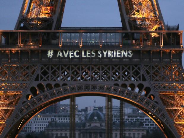 Torre Eiffel usou mensagem neste sábado (15) de apoio à Síria (Foto: JACQUES DEMARTHON / AFP)