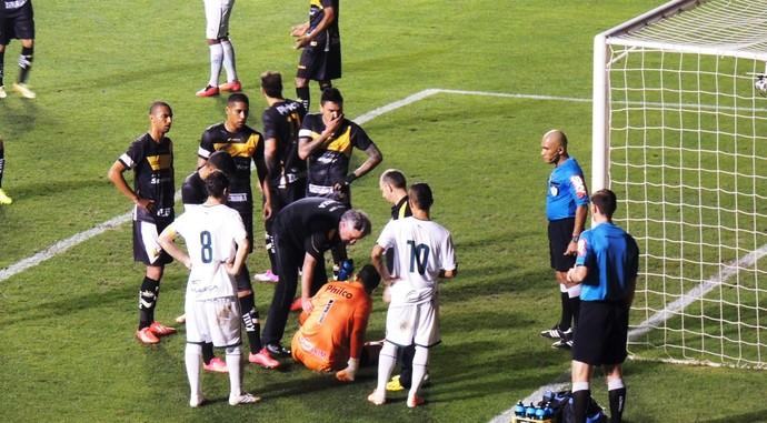 Luiz goleiro do Criciúma se lesiona contra o Goiás (Foto: João Lucas Cardoso)