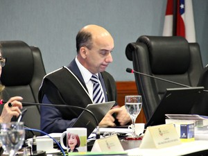 Conselheiro Érico Desterro durante votação (Foto: Adneison Severiano/G1 AM)