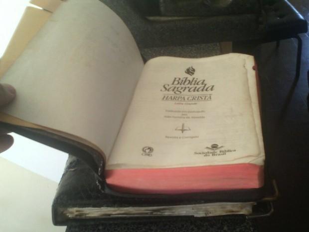 Exemplar da bíblia estava dentro do carro que foi incendiado  (Foto: Divulgação/ J. Serafim)