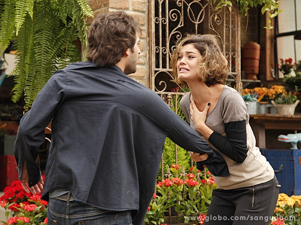 Amora finge surtar e diz para Fabinho que acha que matou Giane (Foto: Ellen Soares/TV Globo)