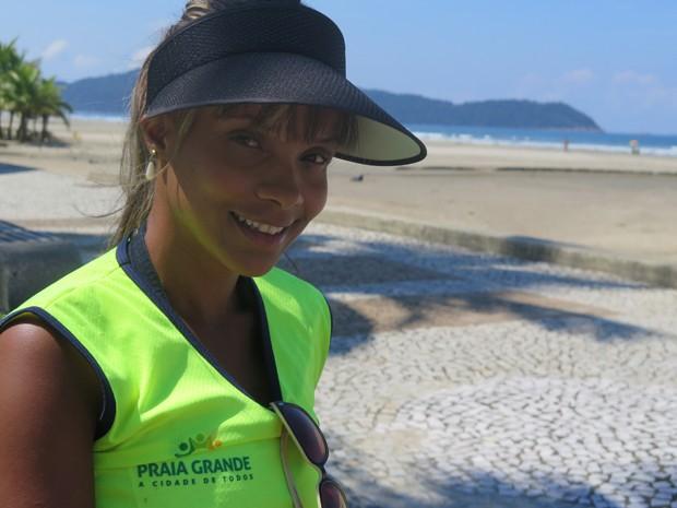 Ana Paula Cassia trabalha na limpeza da orla de Praia Grande (Foto: Mariane Rossi/G1)
