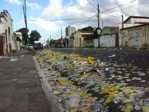 Ruas de sessões eleitorais em João Pessoa amanheceram o domingo (5) cobertas de panfletos de candidatos (Foto: André Resende / G1)