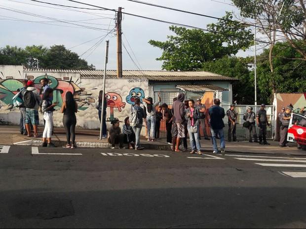 Frente da Escola Estadual Elvira de Pardo Meo Muraro, em Campinas (Foto: Marlene Martins)