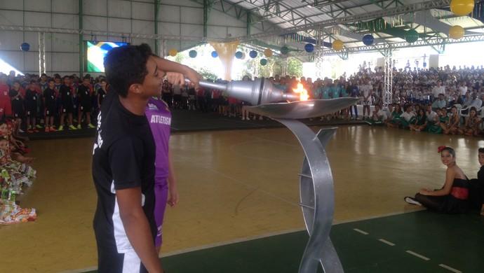 Ateltas acendem chama olímpica para celebrar o início da 10° edição dos Jogos Escolares de Palmas (Foto: Camila Rodrigues/GloboEsporte.com)