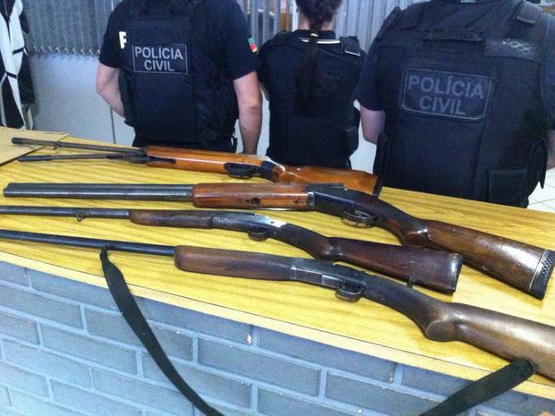 Armas foram apreendidas durante a operação (Foto: Divulgação/Polícia Civil)
