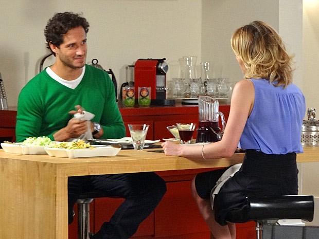 Fábio prepara jantar para Juliana (Foto: Guerra dos Sexos / TV Globo)