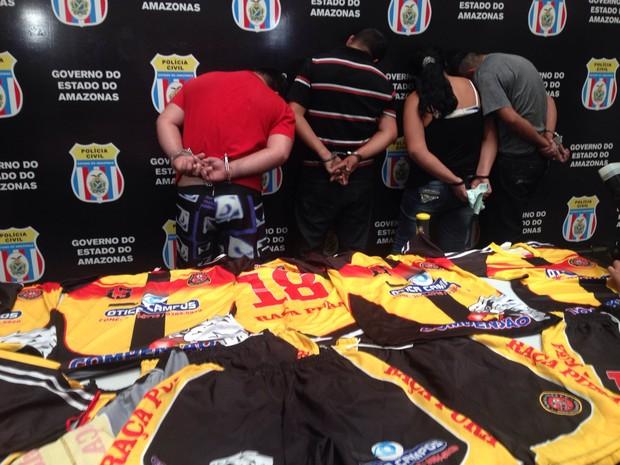 Com grupo, polícia apreendeu uniformes de time de futebol supostamente comandado por traficante (Foto: Indiara Bessa/G1 AM)