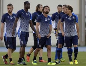 Balotelli pirlo treino itália engenhão (Foto: Getty Images)