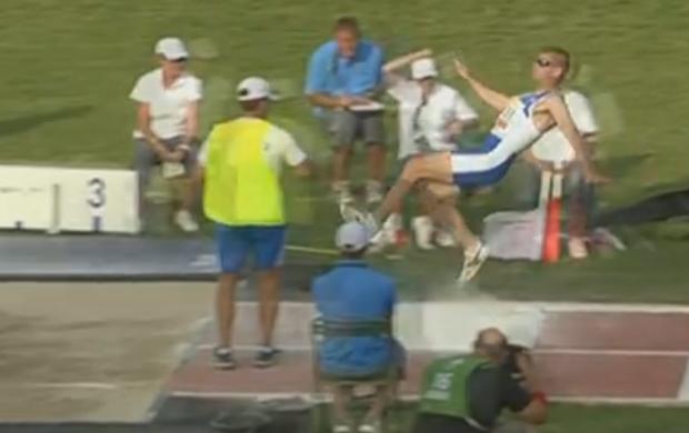 Grego escorrega e cai durante prova do salto em distância do Mundial Paralímpico de Atletismo (Foto: Reprodução/Sportv)