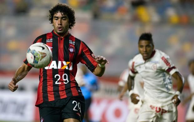 Bruno Mendes Atlético-PR (Foto: AFP)