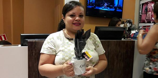 Cliente recebe binde de Adnight  (Foto: Divulgação/ Marketing TV Gazeta)