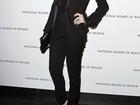 Toda de preto, Anne Hathaway desfila em tapete vermelho de premiação