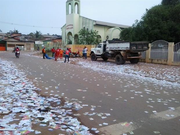 Garis começam a limpar ruas da capital acreana (Foto: Aline Nascimento/G1)