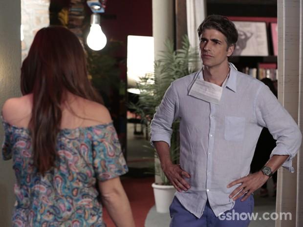 Cadu tira satisfação com Clara sobre relação dela com fotógrafa (Foto: Felipe Monteiro / TV Globo)