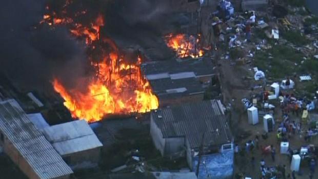 Incêndio atinge favela no Jabaquara (Foto: Reprodução/TV Globo)