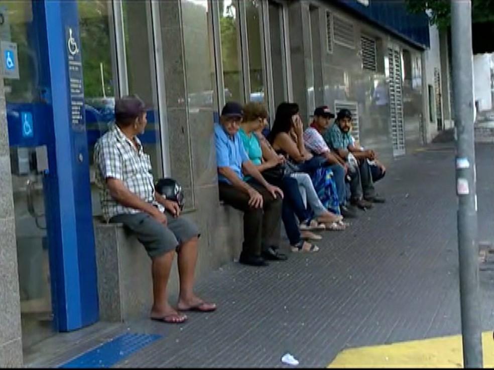 Agências da Caixa atendem em horário especial para saque do FGTS (Foto: Reprodução/TV Fronteira)