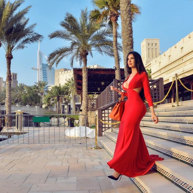 Decotada, Susi Humana anda pelas ruas de Dubai (Foto: Divulgação / Jennifer Pamplona)