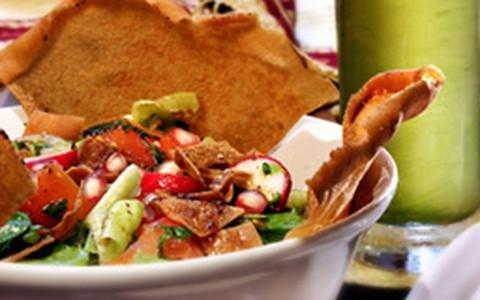 Salada de verdura com pão torrado fattouch