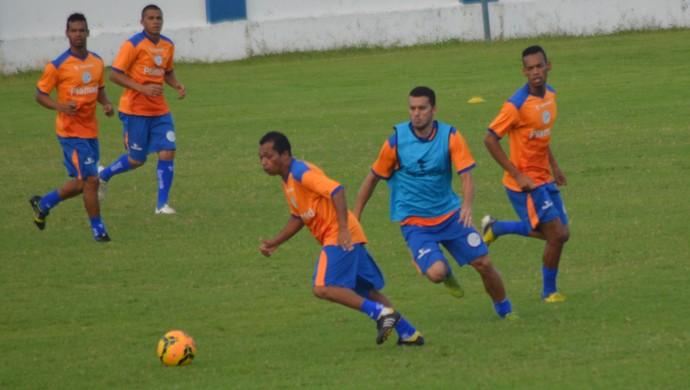 Jailton treinou entre os titulares no lugar de Bibi novamente (Foto: Felipe Martins/GloboEsporte.com)