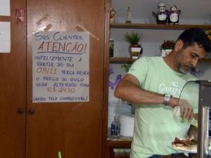 Cliente se serve de comida em restaurante de Campinas (Foto: Reprodução EPTV)