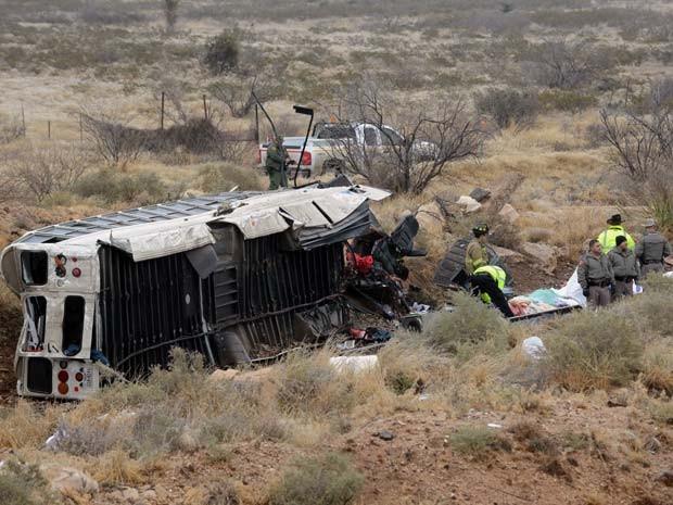 Autoridades investigam cena de acidente no qual ônibus que transportava prisioneiros no Texas derrapou (Foto: AP Photo/The Odessa American, Mark Sterkel)