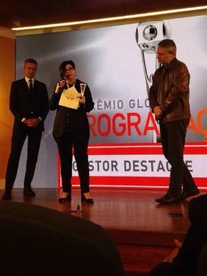 A gerente de programação da RBS TV RS, Alice Urbim, recebe o prêmio da Rede Globo (Foto: Arquivo Pessoal)