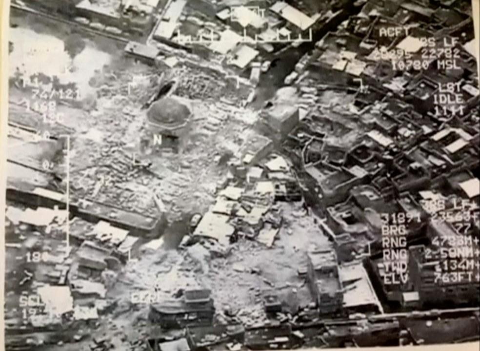 Foto aérea mostra a destruição da mesquita da cidade velha de Mossul (Foto: Reuters )