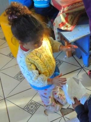Algumas crianças passam o dia na creche; outras se mudaram pra lá (Foto: Rafaella Fraga/G1)