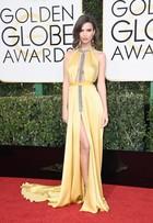 Emily Ratajkowski aposta em decote vertiginoso e fenda no Globo de Ouro