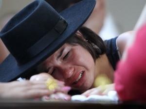 Yasmim chora sobre o caixão do namorado  (Foto: AP)