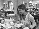 Grazi Massafera toma café da manhã usando blusa transparente
