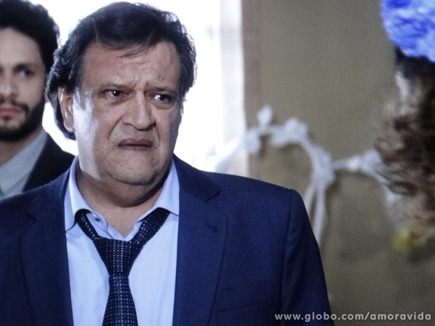 Na maior cara de pau, Atílio pede mais uma chance a Márcia, que o escorraça dali (Foto: Amor à Vida / TV Globo)