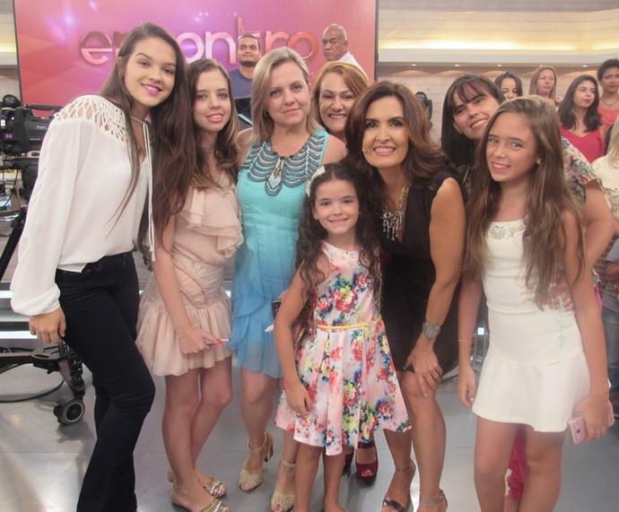 Nos bastidores do programa, plateia tira foto com a Fátima (Foto: Priscilla Massena/Gshow)