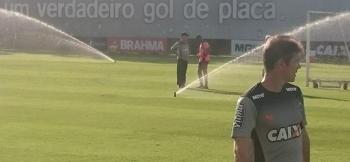 Marcelo Oliveira conversa com Robinho (Foto: Rafael Araújo)