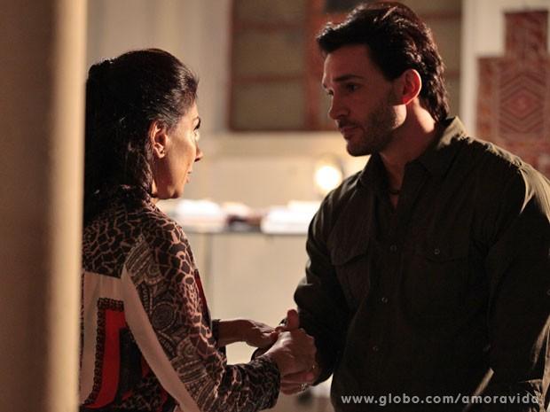 Valentim leva Vivian para o galpão (Foto: Pedro Curi/TV Globo)