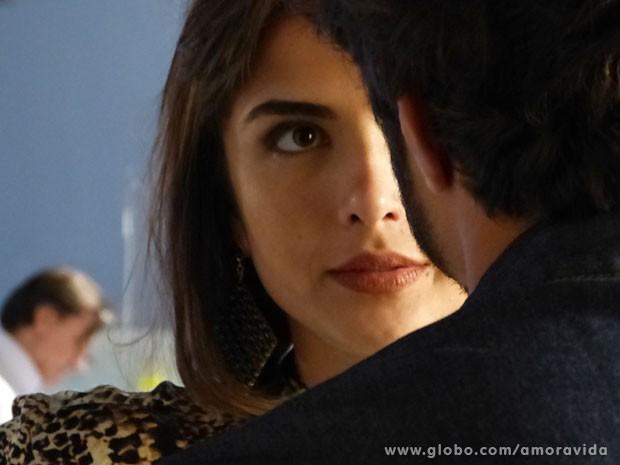 Patrícia não resiste ao ficar tão próxima de Michel (Foto: Amor à Vida/TV Globo)