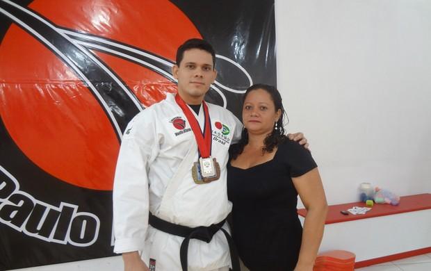 Manoel Junior ao lado da mãe Simone (Foto: GLOBOESPORTE.COM/PA)
