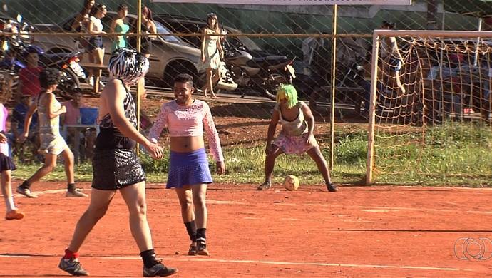 Futebol de saia no Jardim das Aroeiras, em Goiânia (Foto: Reprodução/TV Anhanguera)