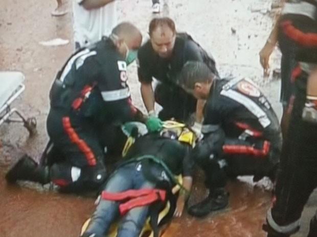 Equipe do Samu trabalha no resgate de ferida em desabamento de tenda para cirurgia de catarata no DF (Foto: TV Globo/Reprodução)