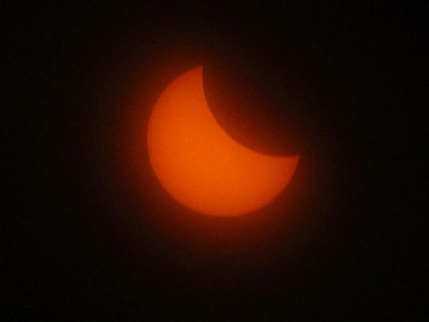 Sol é visto durante eclipse em Marselha, na França, nesta sexta-feira (20) (Foto: Claude Paris/AP)