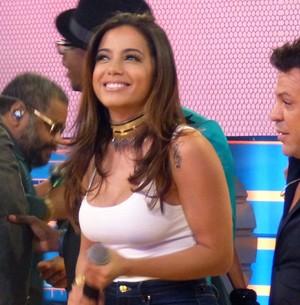 Anitta se empolga e paga mico no palco do Esquenta! (Tatiana Helich / Gshow)