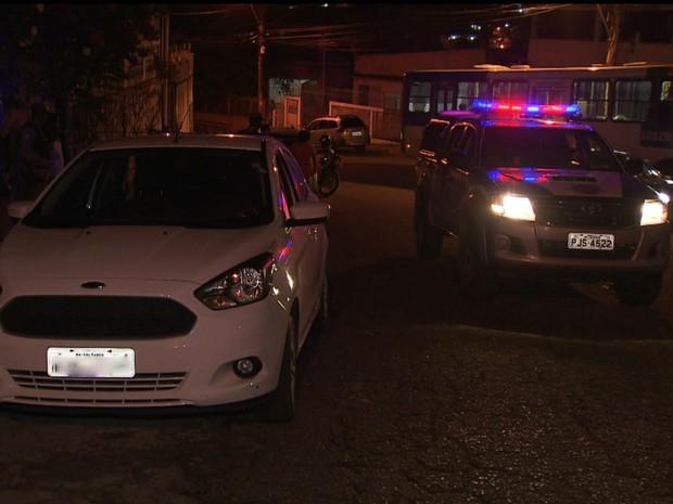 Carro roubado foi atingido por diversos tiros em Salvador (Foto: Reprodução/TV Bahia)